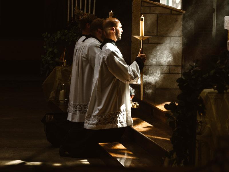 Évêques, Vicaires, Prêtres & Diacres
