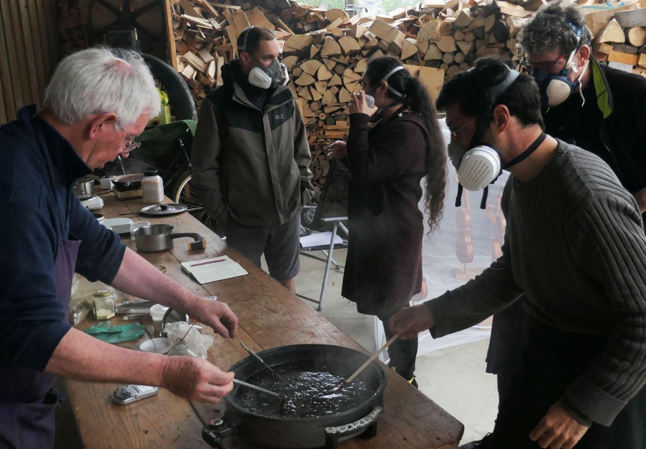 Tony Echarvidre, stage de fabrication de vernis traditionnels pour la lutherie.